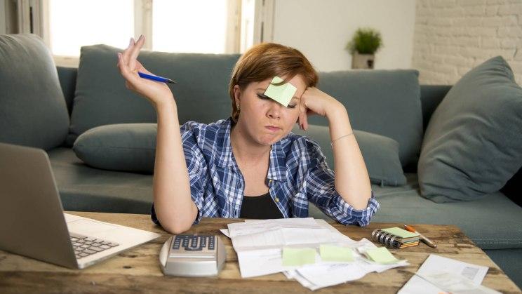 Studentin, die vor einem Zettelchaos sitzt und gerne ein besseres Stressmanagement hätte.