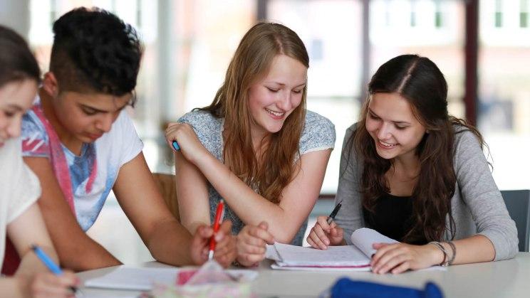 Gemeinsame Prüfungsvorbereitung ist ein Lerntipp für eine erfolgreiche Prüfungsvorbereitung.