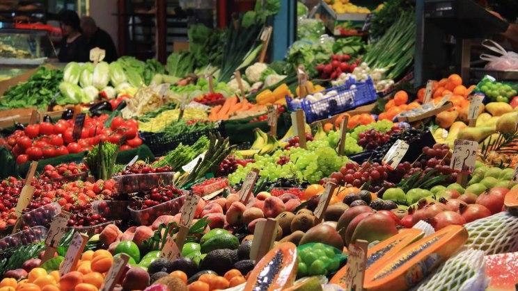 Eine Auswahl gesunder Lebensmittel frisch auf dem Markt
