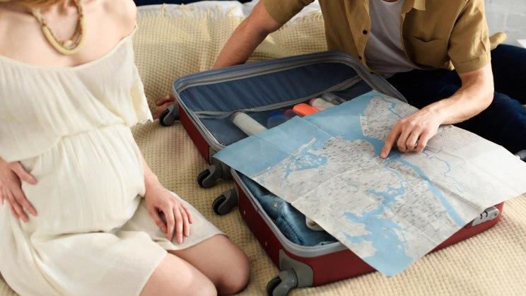 Diese Frau plant in der Schwangerschaft eine Flugreise.