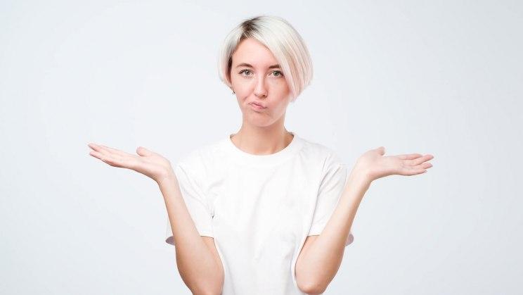 Eine Frau hat keine Ahnung, warum sie chronischen Scheidenpilz hat.