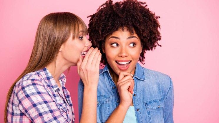 Zwei Frauen unterhalten sich im Café über ihre Erfahrungen mit Scheidenpilz.