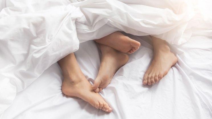 Ein Paar hat Geschlechtsverkehr – das könnte die Ursache für Scheidenpilz nach dem Sex bei der Frau sein.