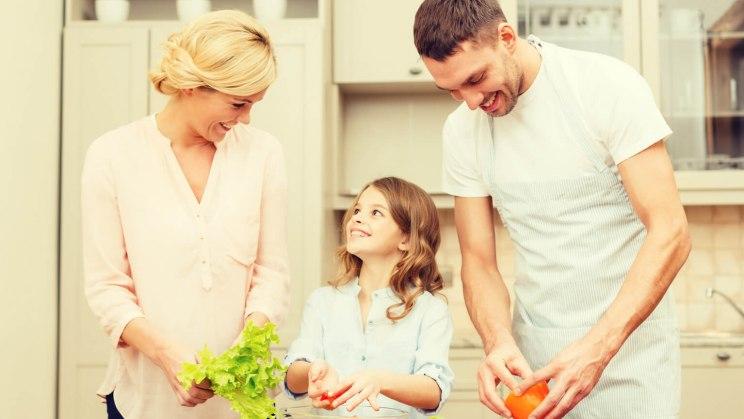 Vegane Ernährung von Kindern: Kind kocht mit den Eltern vegan