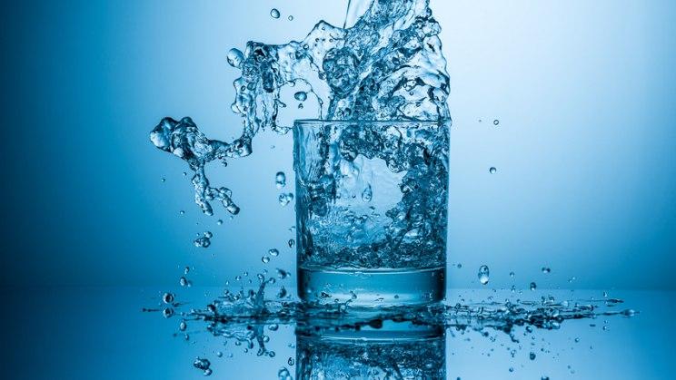 Glas mit Wasser: Wasser verbrennt Kalorien und gilt als Jungbrunnen
