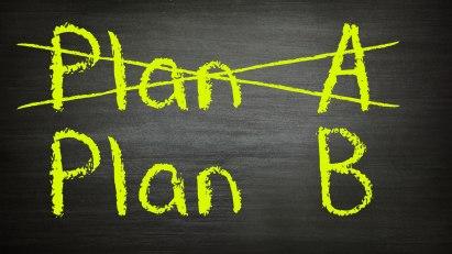Business-Planung-Auf einer Tafel steht Plan A und Plan B, Plan A ist durchgestrichen.