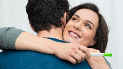 Ein Paar freut sich über einen positiven Schwangerschaftstest.