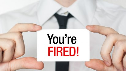 """Auf einem Kärtchen steht """"you´ re fired"""" (englisch für du bist gefeuert)"""