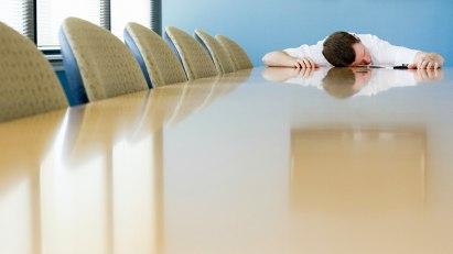 Mann schläft auf Konferenztisch: Boreout erkennen - welche Aufgaben sind spannend, welche nicht?