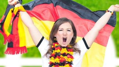 Frau beim Fußball mit Fahne: Chips, Bier und Co bei der EM in Grenzen halten