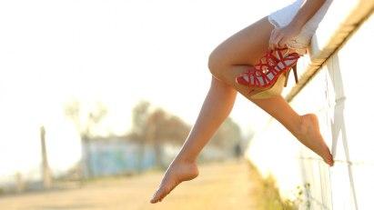 Frau ohne Schuhe: Hygiene ist das A und O beim Schutz vor Fußpilz