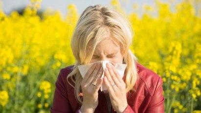 Frau mit Heuschnupfen: Homöopathie bei Pollenallergie