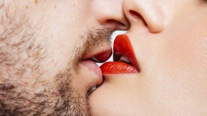 Küssendes Paar: Sex bringt Herz und Kreislauf in Schwung