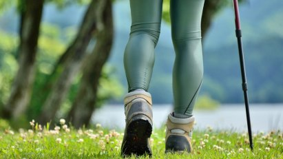 Frau beim Nordic Walking: Bewegung stärkt die Knochen und schützt vor Osteoporose