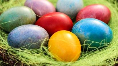 Bunte Ostereier im Korb: Eier sollten frisch sein!