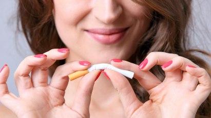 Frau zerbricht Zigarette: Positive Gedanken helfen beim Rauchstopp