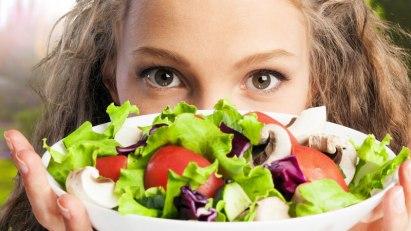 Frau mit Salatschüssel: Gesunde Ernährung bedeutet Vielfalt auf dem Teller