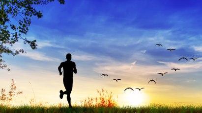 Jogger in der Sonne: Bewegung an der frischen Luft gegen Frühjahrsmüdigkeit