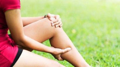 Frau mit Wadenkrampf: Dehnübungen lockern die verkrampften Muskeln