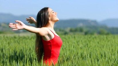Frau im Weizenfeld: Bei Asthma können Sie selbst etwas tun