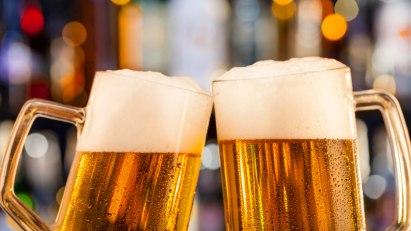 Zwei Krüge mit Bier: Glyphosat im Bier entdeckt