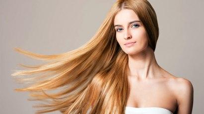Frau mit langen Haaren: Biotin gilt als Schönheitsvitamin für Haut, Haare und Nägel