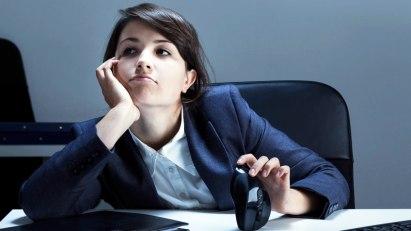 Gelangweilte Frau im Büro: Ein Boreout kann krank machen