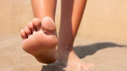 Barfuß im Sand: Fußpilz vergeht nicht wieder von selbst