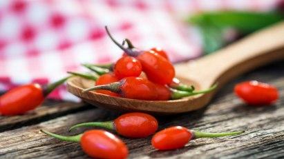 Goji-Beeren auf Holzlöffel: Goji-Beeren gelten als Superfood und äußert gesund