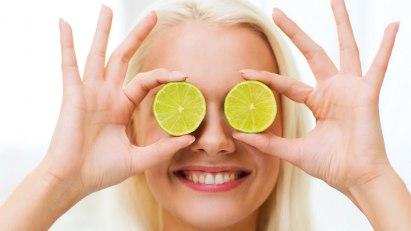 Frau mit Zitronenscheiben: Vitamin C schützt vor Grauem Star
