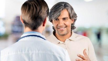 Arzt und Patient: Bei Hämorrhoiden rechtzeitig zum Arzt gehen