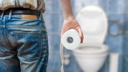 Mann mit Toilettenpapier: Viele Erwachsene leiden unter Hämorrhoiden