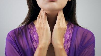 Frau mit Halsschmerzen: Halsweh lässt sich mit Medikamenten bekämpfen