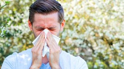 Mann mit Heuschnupfen: Auch Nicht-Allergen befeuern die Immunreaktion
