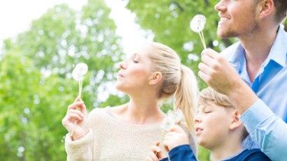 Familie mit Pusteblumen: Bei Heuschnupfen reagiert das Immunsystem überempfindlich auf Pollen