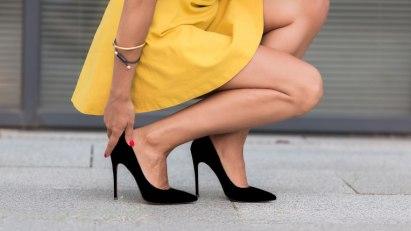 Frau mit High Heels: Hühneraugen bilden sich oft durch falsches Schuhwerk