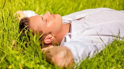 Mann liegt im Gras: Hyposensibilisierung als Therapie gegen Allergie