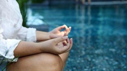 Frau bei Meditation: Einge Methoden der Komplementärmedizin helfen bei Rheuma