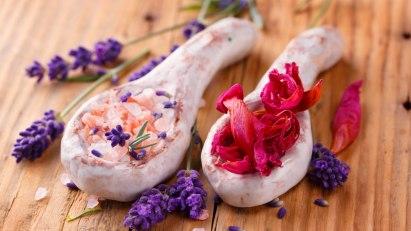 Badesalz und Lavendel: Naturkosmetik kommt ohne chemische Zusatzstoffe aus