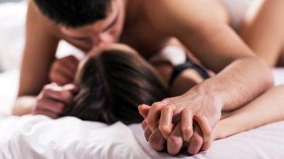 Paar im Bett: Eine Erektile Dysfunktion kann viele Ursachen haben