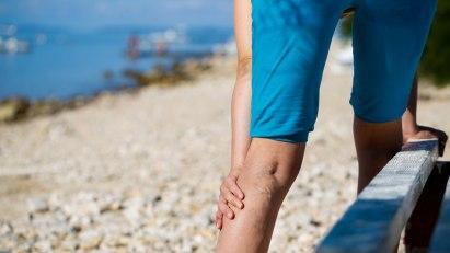 Mann mit Beinschmerzen: Eine Thrombose kann lebensgefährlich werden!