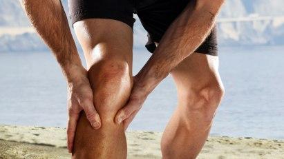Sportler mit Wadenkrampf: Bei intensiver Belastung können Muskelkrämpfe entstehen