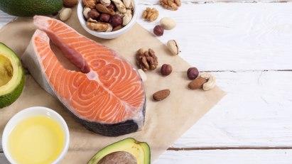 Fisch, Avocados und Nüsse: Bestimmte Lebensmittel, zum Beispiel mit Vitaminen oder Zink, können mitunter gegen Haarausfall helfen.