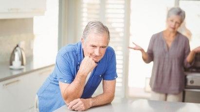 Testosteronmangel & Hyperprolaktinämie können den Bartwuchs hemmen: Bartloser Mann mit Erektionsstörungen stützt sich nachdenklich auf den Tisch.
