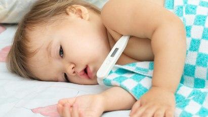 Fiebermessen: Eine Erkältung bei Kleinkindern kann auch mit Fieber einhergehen.