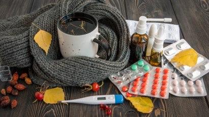 Abbildung von Medikamenten, die bei einer Erkältung helfen.