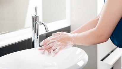 Wer einer Erkältung vorbeugen will, sollte gründlich Hände waschen.
