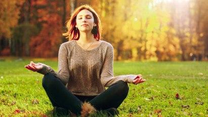 Frau hat Erkältung: Yoga lindert ihre Beschwerden.