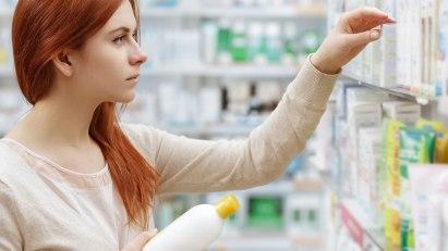 Frau steht vor Arzneimittelauswahl: Was soll sie zur Behandlung ihrer Kontaktallergie nehmen?