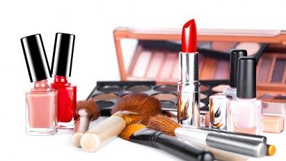 Make-up und Nagellack: häufige Auslöser einer Kontaktallergie im Gesicht.